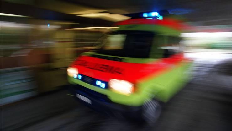 Eine Ambulanz bringt den Schwerverletzten ins Spital. (Symbolbild)