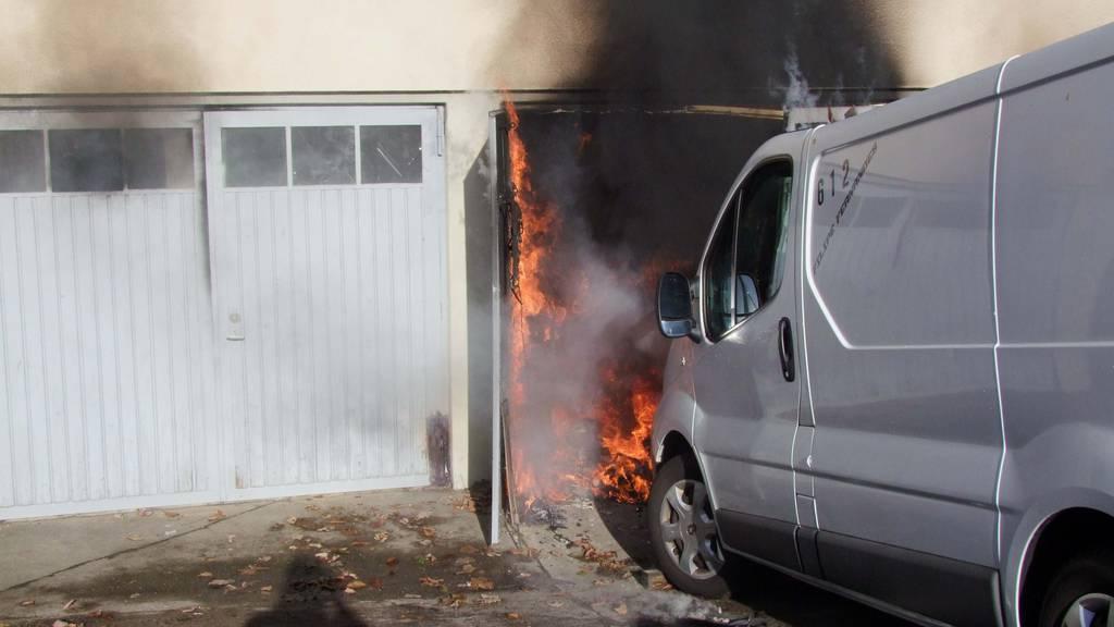 Zwei Verletzte bei Garagenbrand – starke Rauchentwicklung