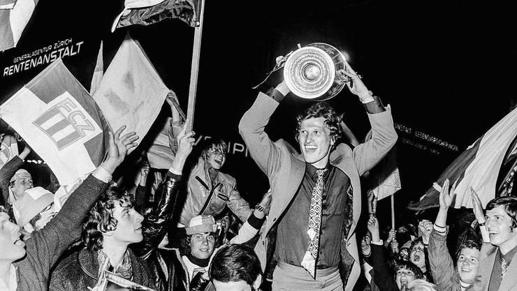 1970 präsentiert FCZ-Captain Fritz Künzli den Pokal für den Cupsieg.