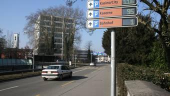 Wo sind noch Parkplätze frei? Das Parkleitsystem erleichtert den Autofahrern die Suche.  Kel