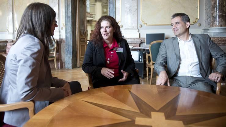 Muriel Uebelhart (Mitte), die erste offizielle Basler Interessenvertreterin in Bundesbern, gestern im Bundeshaus: Sie diskutierte mit den Basler SP-Nationalräten Silvia Schenker und Beat Jans.Manuel Zingg