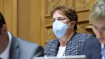Magdalena Martullo-Blocher (SVP) trägt eine Atemschutzmaske während einer Frühlingssession im Nationalrat. (Bild: Keystone)