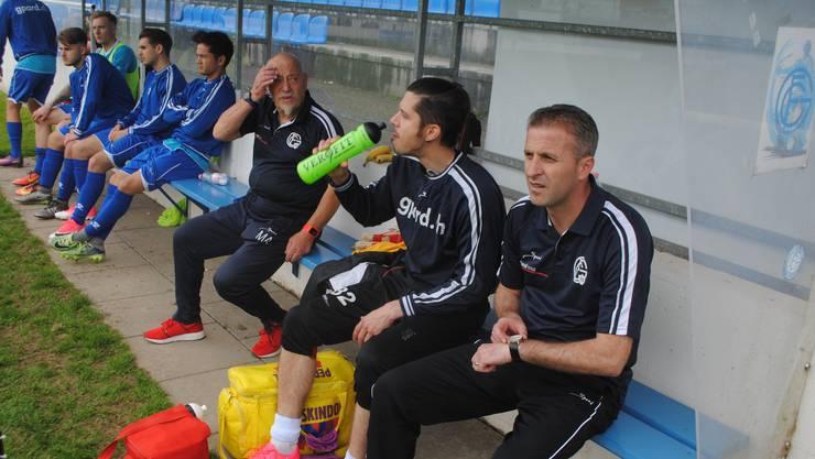 Trainer Perparim Redzepi (ganz rechts) bereitet sich auf die zweite Hälfte vor, während Masseur Hans Fuhrer (3. von rechts) das Unheil wohl kommen sieht.