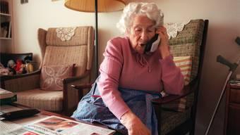 Telefonbetrüger sind wieder aktiv. Im Fokus stehen ältere Menschen. (Symbolbild)