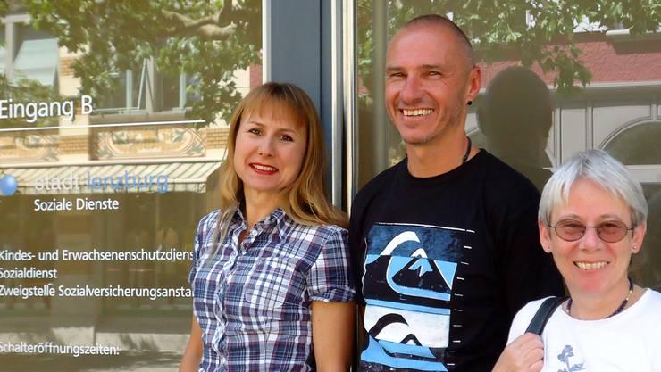 Pascale Petrecca (Bereich Administration), Michael Gruber (Leitung) und Stadträtin Heidi Berner vor dem Eingang der Sozialen Dienste. tf