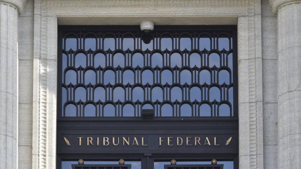 Das Bundesgericht hat die Verurteilung eines Ex-Polizisten bestätigt, der sexuelle Dienste von einem Asylbewerber angenommen hat. (Archiv)
