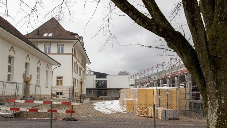 Blick auf die Schulhausstrasse, die dringend saniert werden muss. Hanspeter Bärtschi