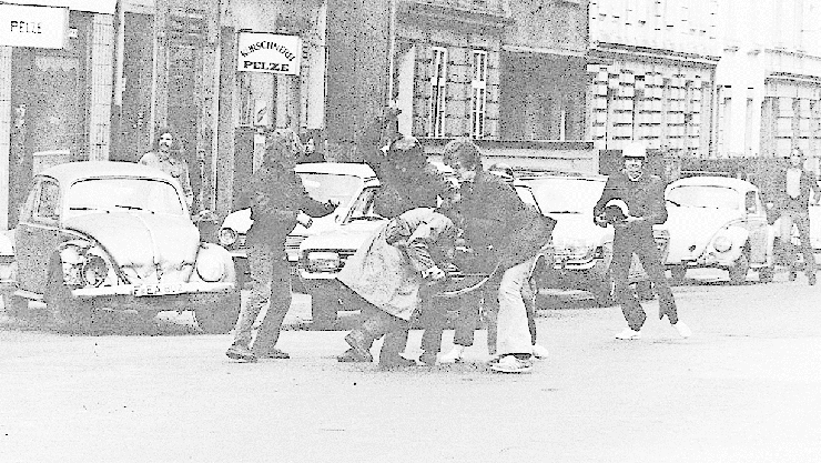 Das Skandalbild: Fischer (mit Helm) schlägt 1973 auf einen Polizisten ein.