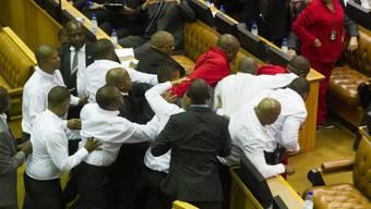 EFF-Abgeordnete, in rot, geraten mit Sicherheitskräften aneinander