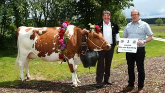 Die Kuh von Urs Kipfer (M.) und Umzugschef Markus Weber.