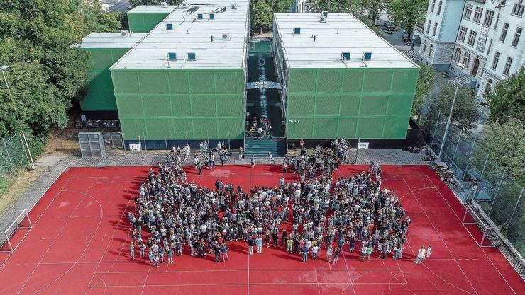 Ein Foto aus Zeiten vor Corona: An der Bezirksschule Baden wird eine Klasse im Fernunterricht geschult.
