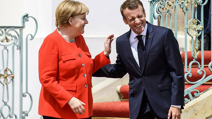 Gelöste Stimmung zu Beginn der deutsch-französischen Gespräche: Bundeskanzlerin Angela Merkel und Präsident Emmanuel Macron in Meseberg bei Berlin.