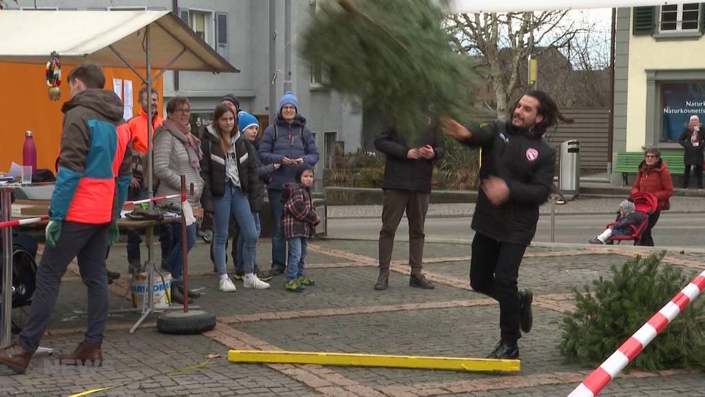10-jähriges Jubiläum für traditionelles Tannenbaumwerfen