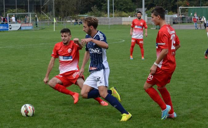 Debütant Boris Dabic (links) versucht, Florian Steiger den Ball wegzugrätschen. Der eingewechselte Anthony Gullo (rechts) beobachtet die Szene.