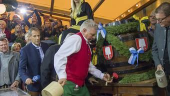 Reiter ist ein Meister seines Fachs: Nur zwei Schläge brauchte der Oberbürgermeister erneut, um am Oktoberfest das erste Bierfass anzuzapfen.