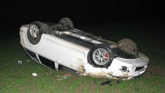 Autolenker verpasst Kurve und landet mit Wagen auf dem Dach
