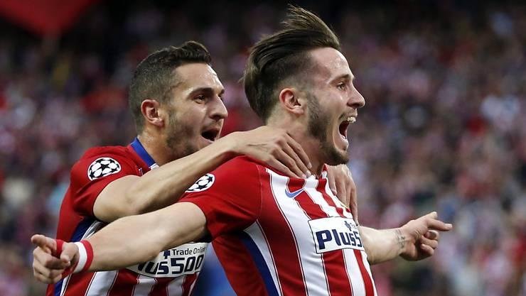 Torschütze Saul Niguez (rechts) und Koke feiern das 1:0 für Atletico Madrid im Halbfinal-Hinspiel der Champions League gegen Bayern München