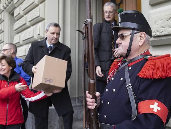 Die Gegnerinnen und Gegner des revidierten Waffengesetzes bei der Einreichung der Unterschriften zum Referendum. Im Abstimmungskampf zielen sie auf Justizministerin Karin Keller-Sutter. (Archiv)
