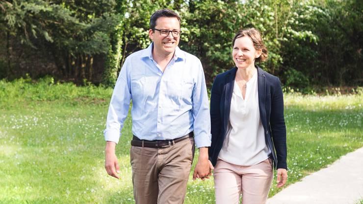 Für die Einheimischen zwar immer «die Schlossherren», aber nicht «die Fremden»: Das Hotelierpaar Rolf und Andrea Bertschi-Witmer im Park des Château de Montcaud.