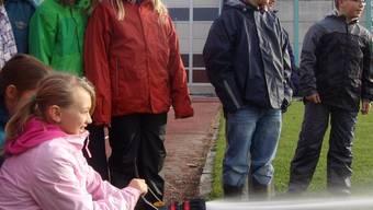Im Rahmen einer Übung hantierten die Oberhofer Schüler mit einem Feuerwehschlauch.
