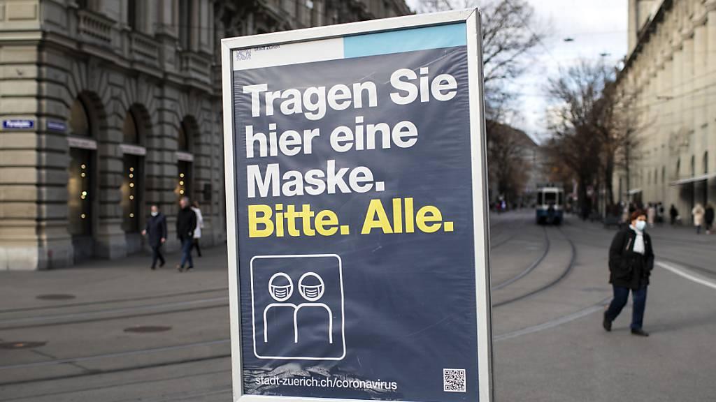 Ein Schild am Paradeplatz in Zürich. In der Schweiz und in Liechtenstein sind dem Bundesamt für Gesundheit am Donnerstag innerhalb von 24 Stunden 2474 neue Coronavirus-Ansteckungen gemeldet worden. (Archivbild)