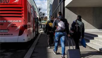 Weil es keine Turnhalle beim Solothurner Gewerbeschulhaus gibt, werden die Schüler per Bus transportiert.