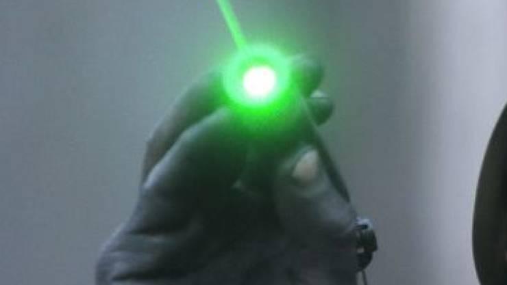 Der Busfahrer war nach der Laserattacke mehrere Wochen arbeitsunfähig. (Symbolbild)
