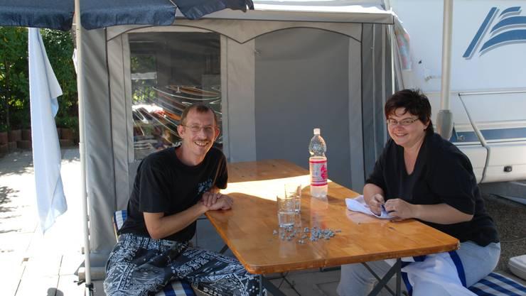 Bernd und Nicole Trüter vor ihrem Wohnwagen. (Bild: Raphaela Gysi)