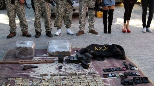 Eine Drogenbande und ihre Ausrüstung werden in Mexiko den Medien vorgeführt (Archiv)