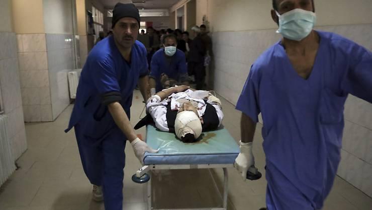 Nach den Explosionen in Kabul wurden Verletzte in die Notaufnahme eines Spital gebracht.