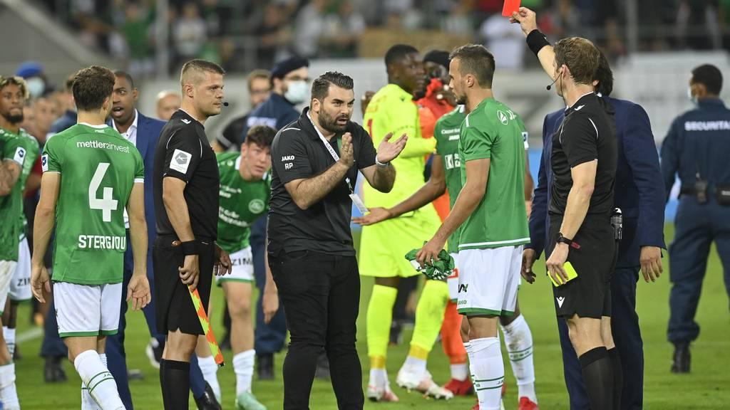 Schiedsrichter Lukas Fähndrich versucht nach dem Spiel die Wogen zu glätten, er kann den Tumult aber nicht aufhalten.