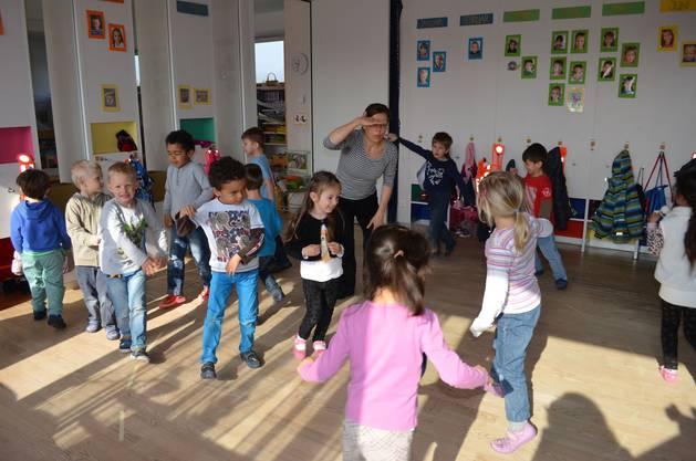 Die Kinder tanzen zum Mäuselied.