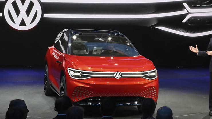 VW stellt an der Automesse in Shanghai einen E-SUV vor. Der deutsche Autokonzern investiert laut einer Studie am meisten Geld in Forschung und Entwicklung.