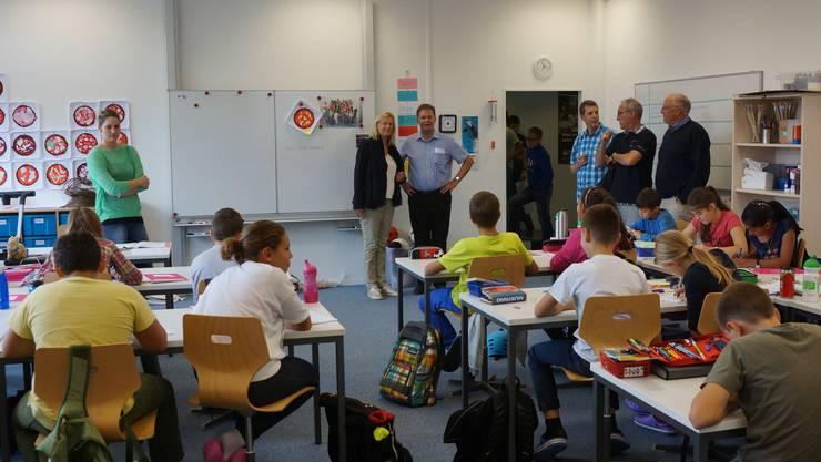 Gemeindeammann Walter Dubler besuchte 2014 mit einigen Einwohnerräten die Schulräume am Oberdorfweg – die Schule ist allerdings nur eingemietet, 2018 fallen die Schulräume weg.