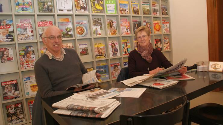 Unter der Woche das E-Paper, am Sonntag die Printausgabe: Das Knistern der Zeitungsseiten lieben Brigitta und Albert Scheuber ganz besonders.