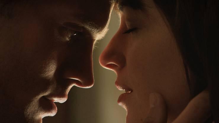 Szene aus dem Film «Fifty Shades of Grey»: So romantisch die Szene wirkt, in Christian Greys Kopf dreht sich alles um sein bestes Stück.