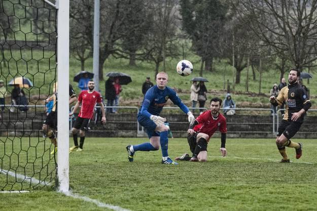 """Manchmal kann man nur noch zuschauen. """"Wohin mag der Ball wohl fliegen?"""", scheint sich Dornachs Keeper Nikola Veselinovic zu fragen."""