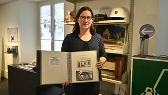 Angela Kummer mit einem der etwa 30 Bände von Hans Kohler, deren Inhalte auch inventarisiert werden müssen. Die Schwierigkeit: vieles ist eingeklebt, es handelt sich zum Teil nicht um Originale oder die Herkunft kann nicht bestimmt werden.