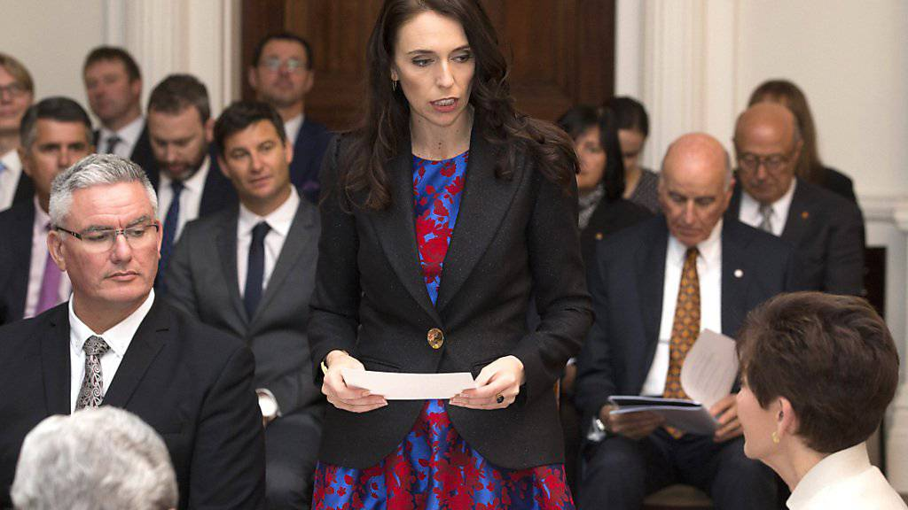 Jacinda Ardern (Mitte) ist als neue Ministerpräsidentin Neuseelands vereidigt worden.