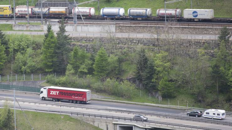 Die Verlagerung des Güterverkehrs von der Strasse auf die Schiene ist und bleibt eine Herausforderung. Das Verlagerungsziel des Bundes liegt noch immer in weiter Ferne. (Themenbild)
