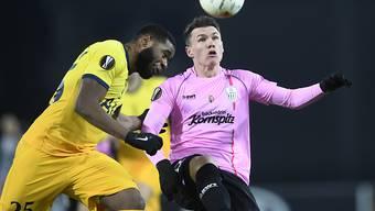 Tottenhams Japhet Tanganga (links) gegen den Linzer Dominik Reiter