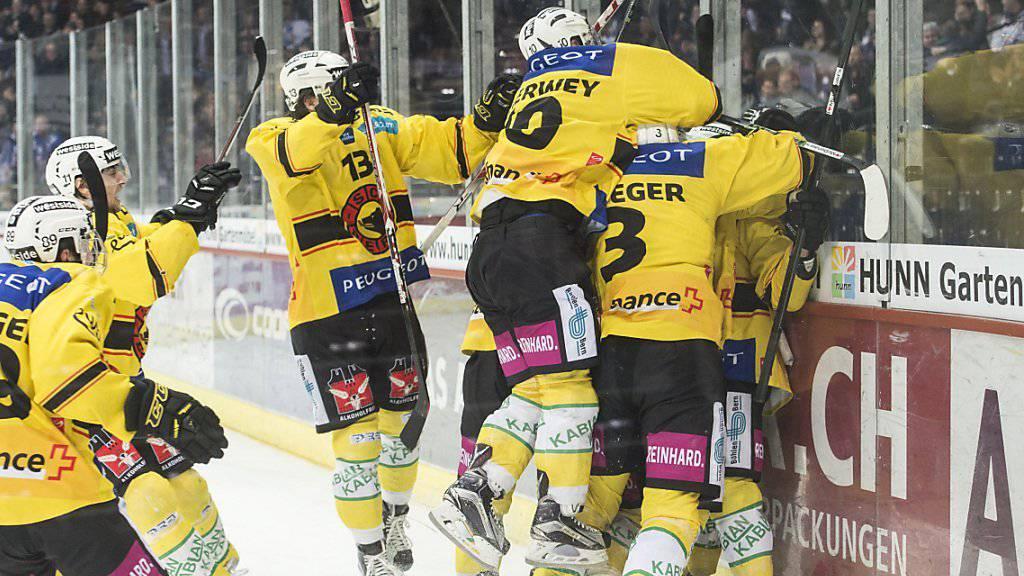 Die Berner unterziehen das Plexiglas nach dem Overtime-Sieg einer Härteprüfung...
