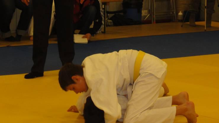 Nando Moser versucht den Gegner zu drehen.