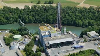 Die KVA Turgi (Bild) steht unmittelbar an der Limmat. Ein grosser Neubau hätte hier wohl wenig Chancen, da der Bund über das Gewässerschutzgesetz unbebaute Uferstreifen vorschreibt. (Archivbild)