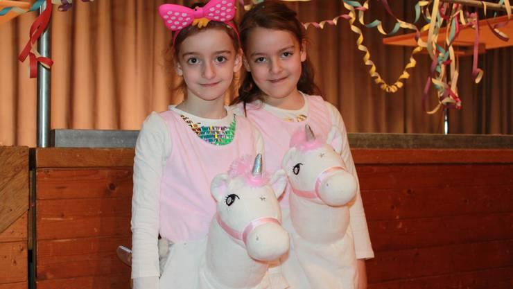 Originell kostümiert: Elena und Sophia kamen als Einhorn-Duo.