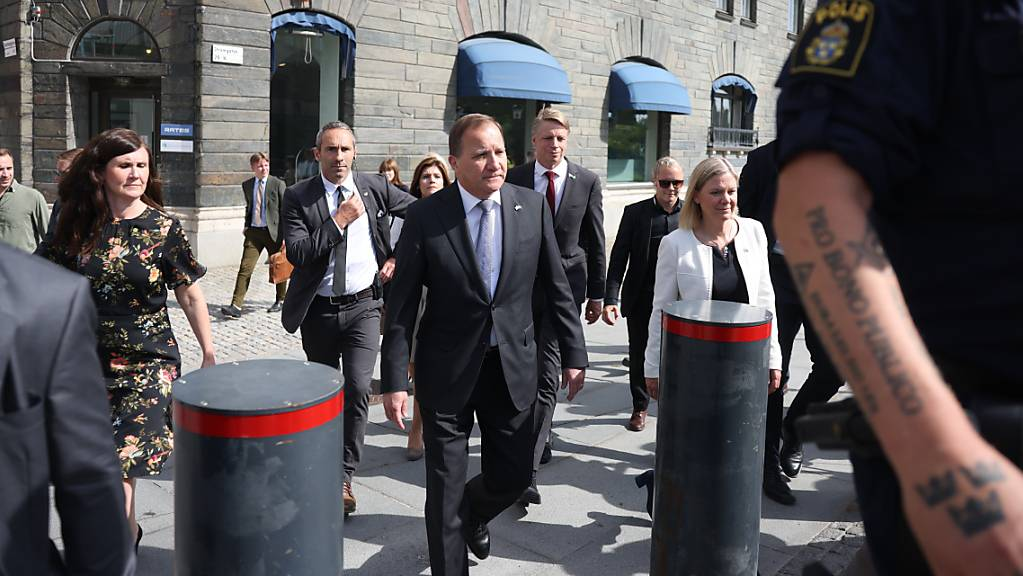 Schwedens Ministerpräsident Stefan Löfven (M) auf dem Weg ins Parlament. Foto: Nils Petter Nilsson/TT NEWS AGENCY/dpa