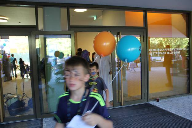 Schulkinder holen Ballone