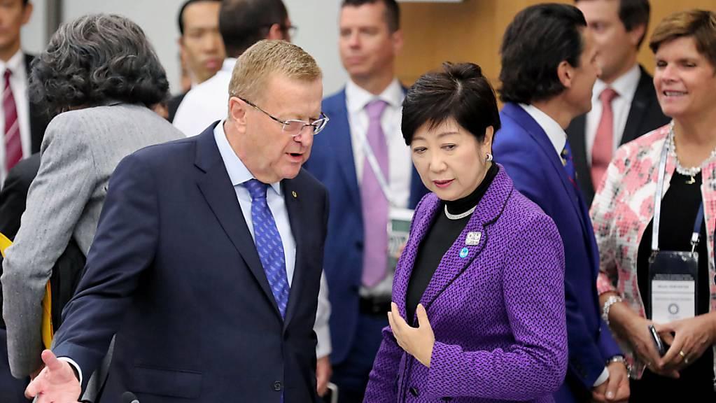 IOC-Vertreter John Coates im Gespräch mit Yuriko Koike, der Gouverneurin von Tokio
