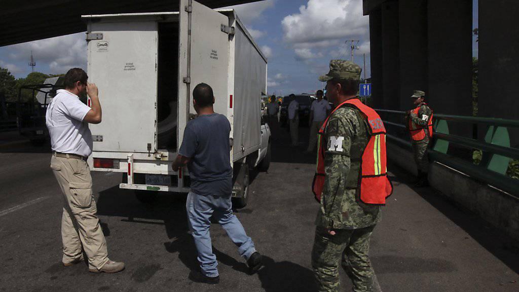Im Kampf gegen illegale Grenzübertritte untersuchen mexikanische Beamte in Tapachula einen Lastwagen.