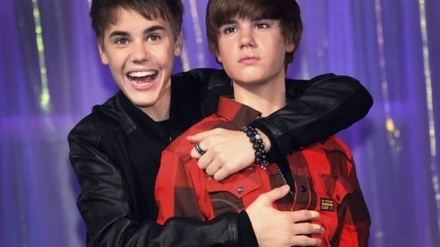 Zwei Mal Bieber: Links in echt, rechts in Wachs